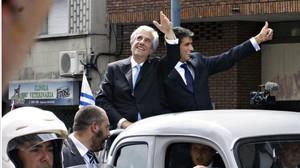 Tabaré Vázquez (esquerra) i el vicepresident, Raúl Sendic, anant a la plaça de la Independència, aquest diumenge a Montevideo.