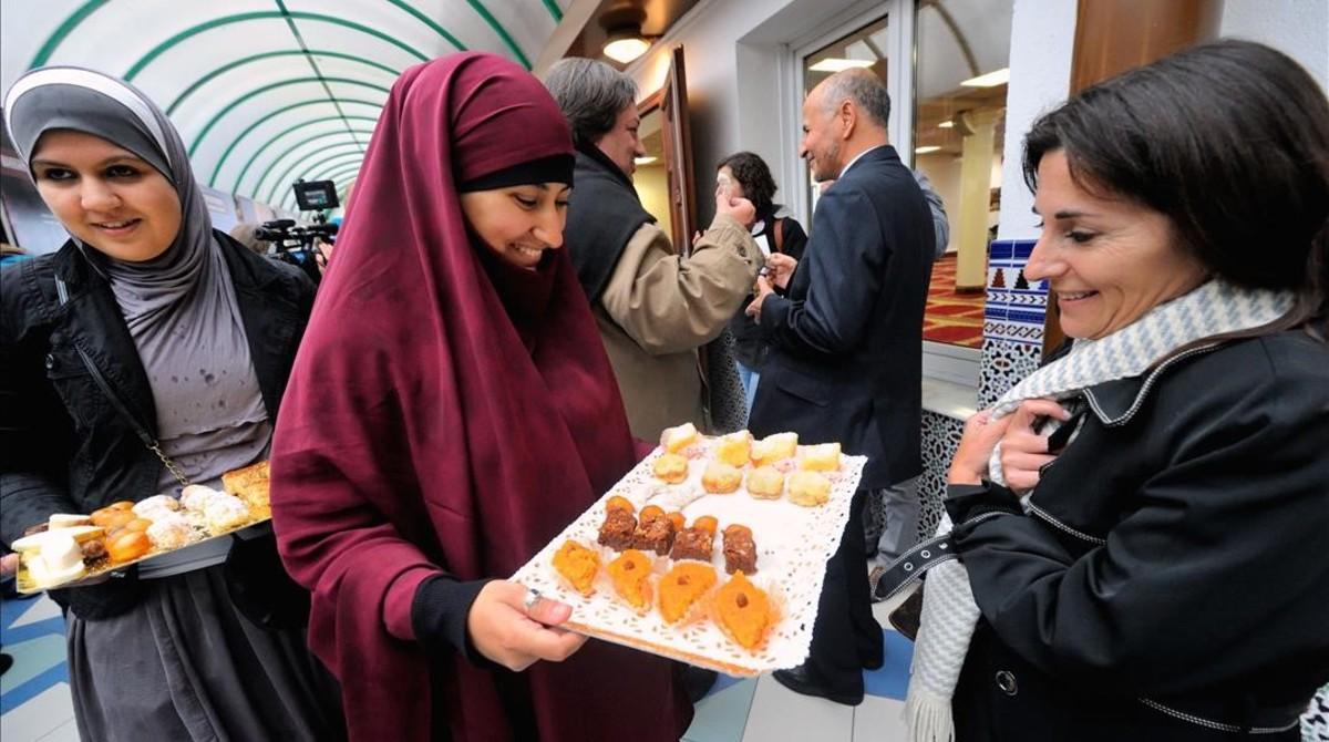 Mujeres musulmanas ofrecen pastelitos en un mezquita de Lille (norte de Francia), en una jornada de puertas abiertas, en el 2012.