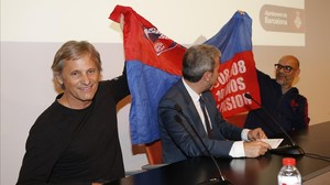 Viggo Mortensen y Fabián Casas extienden su bandera, detrás de Jaume Collboni.
