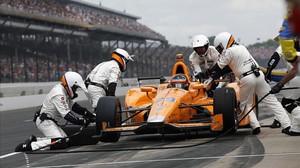 Fernando Alonso, durante su primera parada en boxes en la carrera de las 500 millas de Indianápolis.