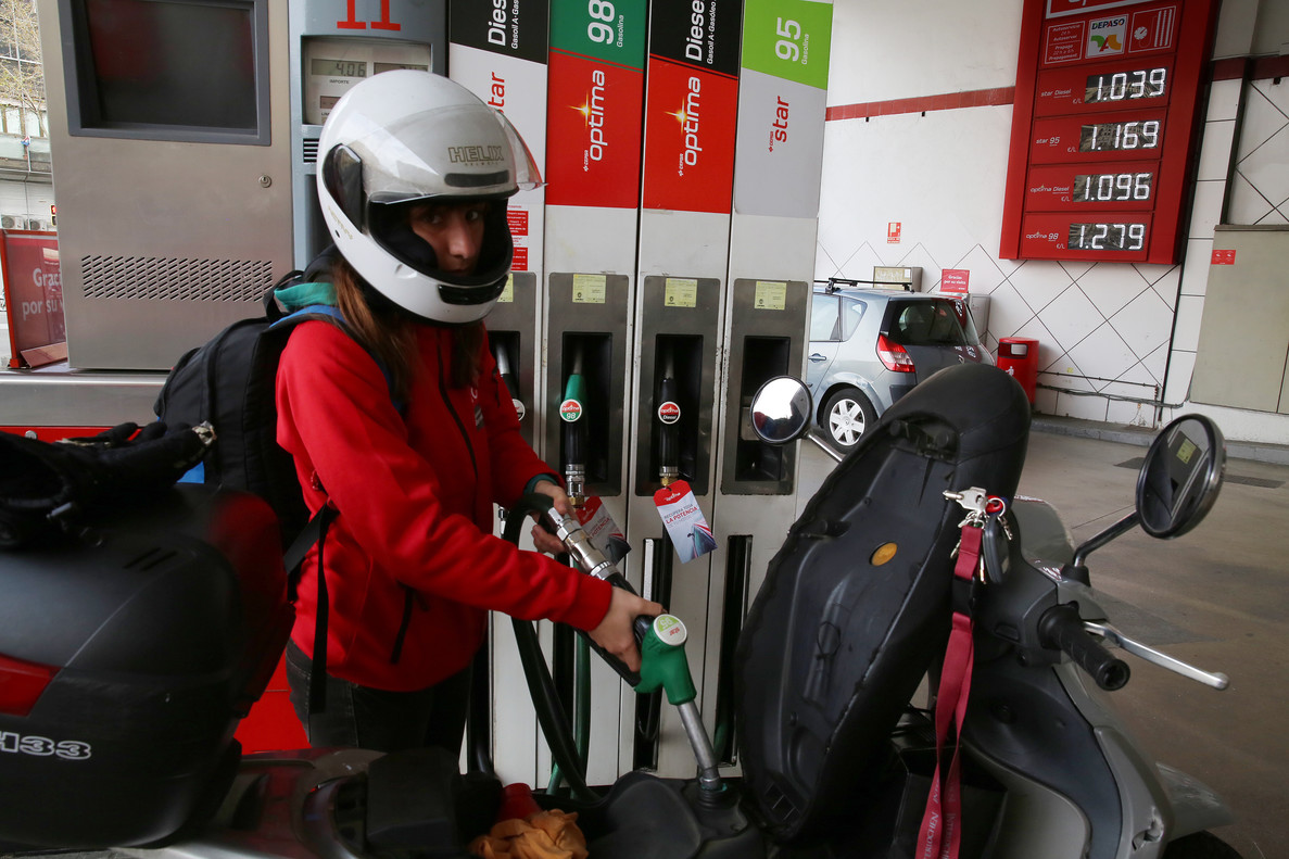 Un motorista reposta combustible.