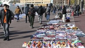 Manteros asolando las aceras del Passeig Joan de Borbo junto al Museu de Historia