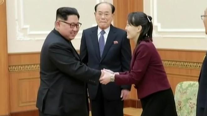 Kim Jong-un recibe con honores a su hermana