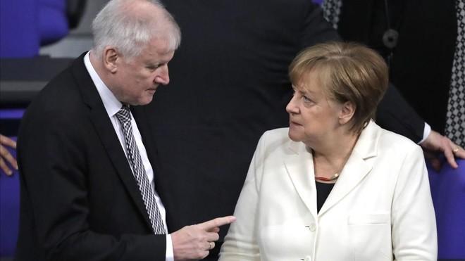 Merkel afronta una crisis de Gobierno por la política de asilo