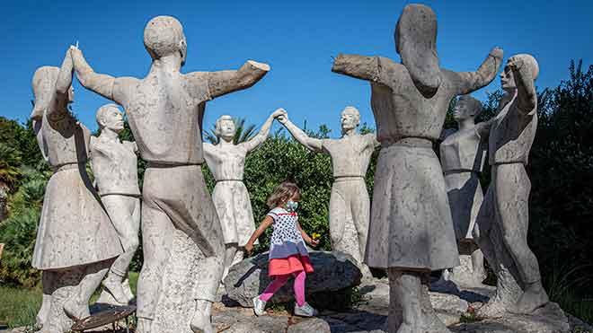 Mutilan ocho figuras del monumento a la sardana en Montjuïc