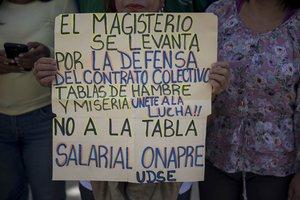 Miembros del Sindicato Venezolano de Maestros protestan frente al Ministerio Publico hoylunes 01 de octubre de 2018en CaracasVenezuelaEmpleados publicos protestan para pedir mejores salarios y contra presuntos incumplimientos de contratos colectivosEFE MIGUEL GUTIERREZ