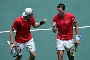 Los canadienses Denis Shapovalov (i) yVasek Pospisil celebran un punto en el partido ante la pareja rusa.