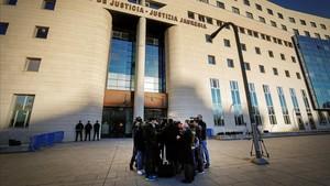Agustín Martinez Becerra,abogado defensorde cuatro de los cinco acusados,atiende a los periodistas a su llegada al Palacio de Justicia de Navarra, en noviembre del 2017.