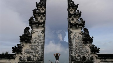 abertran41098972 a tourist watches as mount agung volcano erupts at lempuyang171127130623