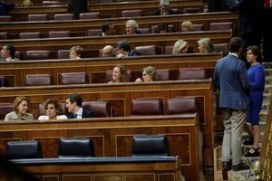 GRAF7906 MADRID, 27/7/2018.-El presidente del Partido Popular, Pablo Casado (3i), y las diputadas y exministras Dolores de Cospedal (i) y Dolors Montserrat, conversan mientras la diputada del PP Soraya Saénz de Santamaría (d) conversa con el Secretario de Organización Javier Maroto (2d), en el hemicíclo del Congreso de los Diputados. La abstención de Unidos Podemos y los partidos independentistas y el anunciado voto en contra del PP y Ciudadanos tumbará hoy en el Congreso la aprobación de la senda de consolidación fiscal para 2019 que será el primer examen del techo de gasto para el próximo año.-EFE/Juan Carlos Hidalgo
