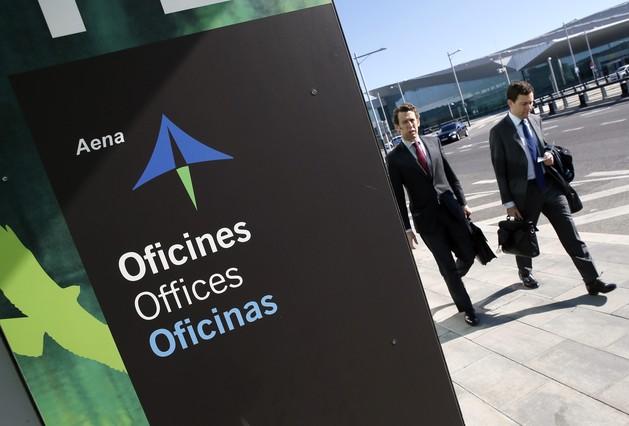 Dos hombres pasean cerca de las oficinas de AENA en el aeropuerto de Barcelona.