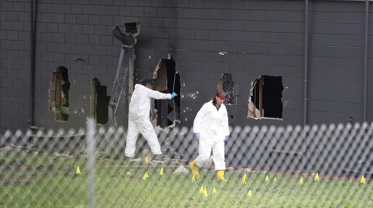 Agentes del FBI inspeccionan una de las paredes del Pulse Night Clubde Orlando.