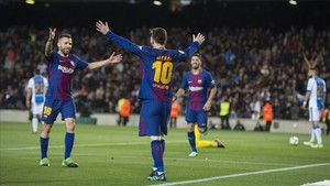 Alba acude a felicitar a Messi después de que anotara su tercer gol al Leganés.
