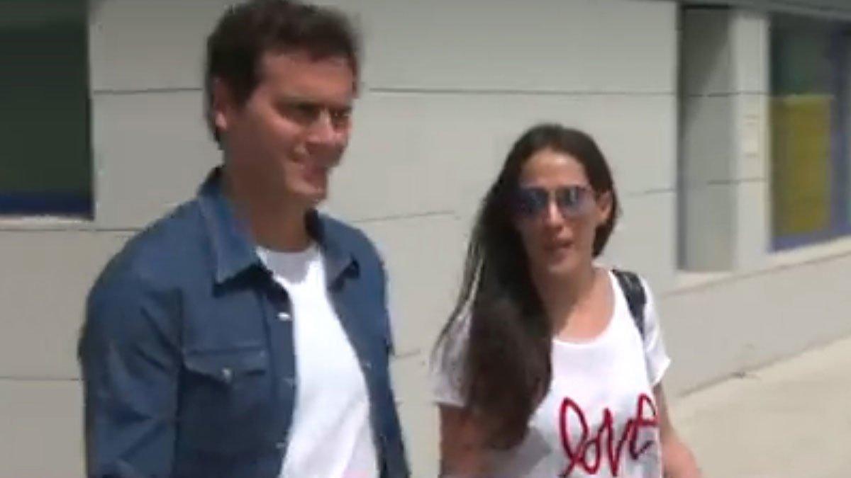 Albert Rivera sale del hospital acompañado de Malú.