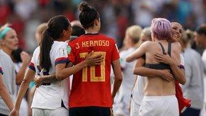 Alex Morgan y Jenni Hermoso se abrazan tras la victoria de EEUU sobre España en Reims.