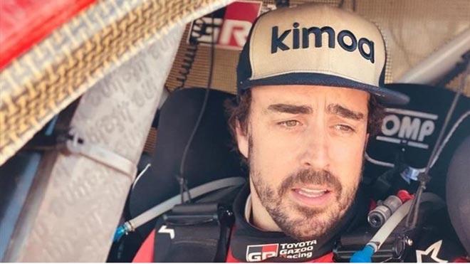 Alonso, del asfalto a la arena. En la foto, el piloto, en el interior de su Toyota, en el Rally de Marruecos.
