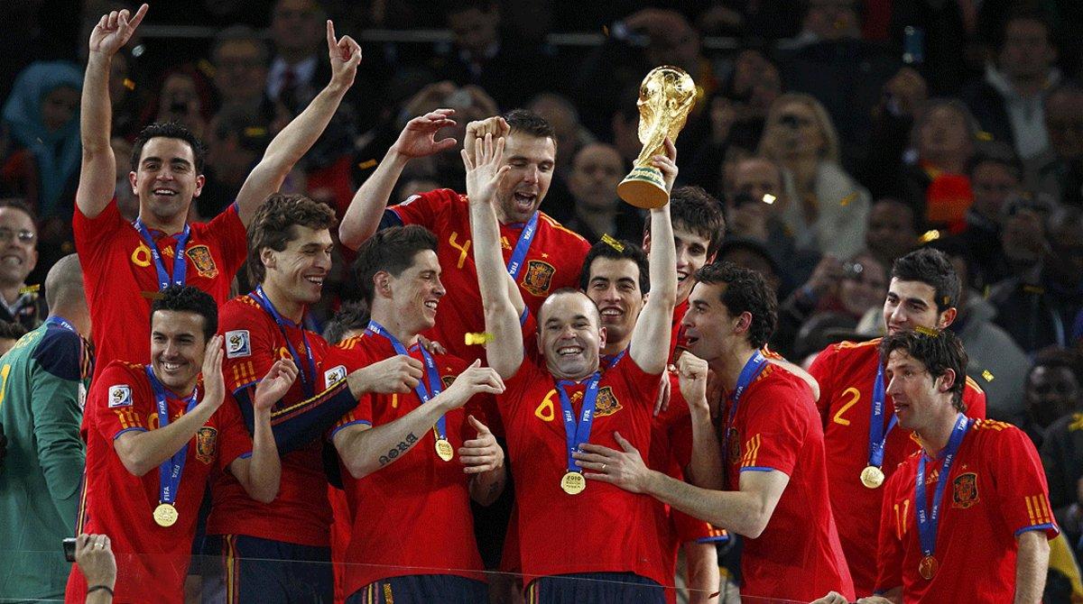 Andrés Iniesta levanta el trofeo del Mundial, rodeado del resto de los jugadores de la selección española, el 11 de julio del 2010 en Johannesburgo.