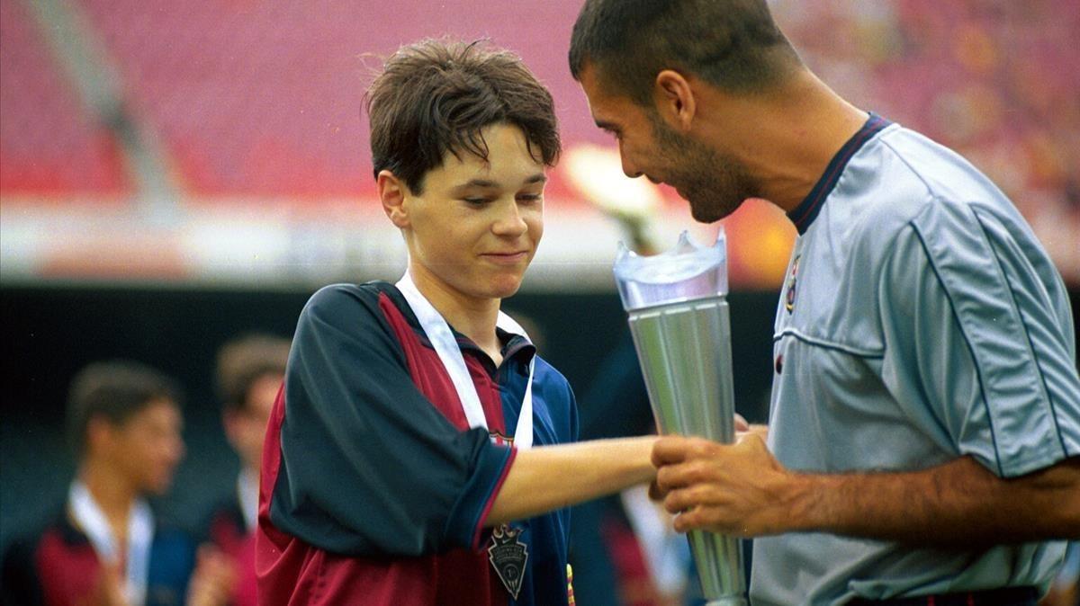 Andrés Iniesta recibe el trofeo Nike Cup de manos de Pep Guardiola en 1999.