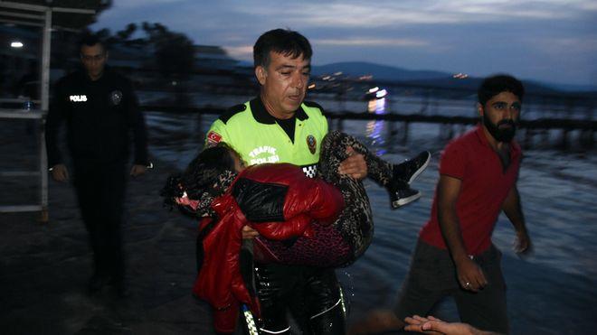 Angustioso rescate de una menor inmigrante a a 50 metros de la costa Griega
