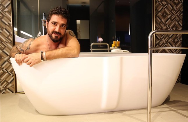 Antonio Orozcoaccedió sin reparos a mostrarse tal como es en la bañera delHotel Mandarinen cuya suite se realizó la entrevista.
