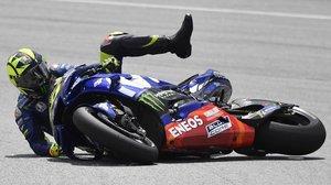 Así fue como Valentino Rossi (Yamaha) rodó por los suelos en Sepang, entregándole la victoria a Marc Márquez (Honda).