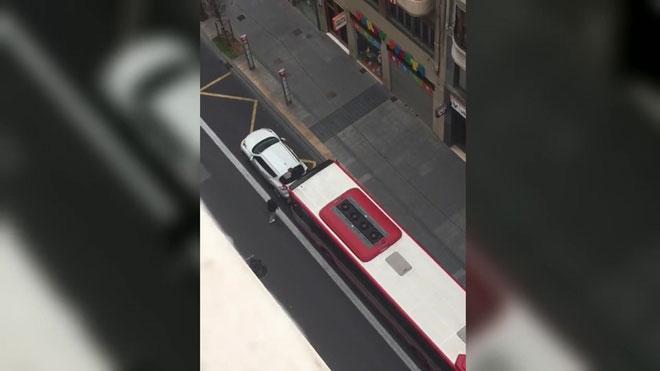 L'EMT investiga l'envestida d'un autobús urbà a un vehicle privat