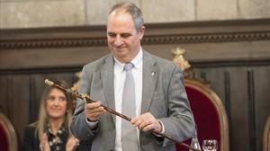 Albert Ballesta, con la vara de mando tras ser nombrado nuevo alcaldede Girona.