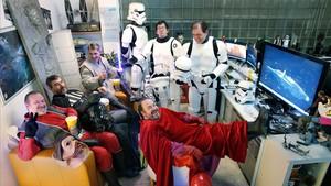 Seis miembros de la asociación Star Wars Catalunya, de película (con palomitas incluidas). En el sofá, Enric (de piloto Nien Nunb), Dani (Darth Vader) y Sergi (jedi). Con los pies en la mesa, Luis (guardia real del emperador) y detrás, Juan Antonio y Francisco (soldados imperiales).