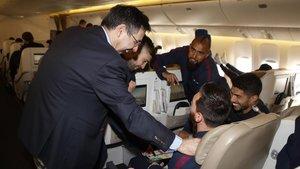 Bartomeu habla con Messi, Suárez y Vidal en el avión que transportaba al Barça a Catar para la Supercopa de España.