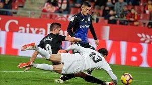 Bounou intenta detener el disparo de Carrillo durante el encuentro ante elLeganés.