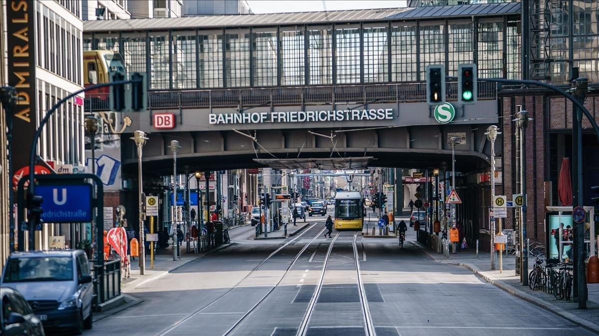 Calle Friedrichstrasse de Berlín, casi vacía a causa del confinamiento