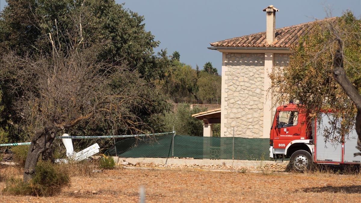 Un camión de bomberos, junto a restos de uno de los aparatos que ha colisionado en pleno vuelo este domingo.