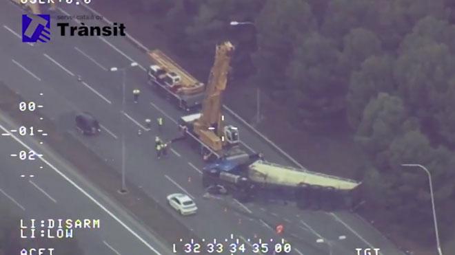 La bolcada d'un camió deixa més de 10 quilòmetres de retencions a l'AP-7