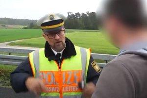 Captura del vídeo en el que el policía recrimina su actitud a un conductor.