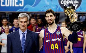 El capitán del Barça, Tomic levanta el trofeo de Copa junto al presidente de la ACB, Antonio Martín