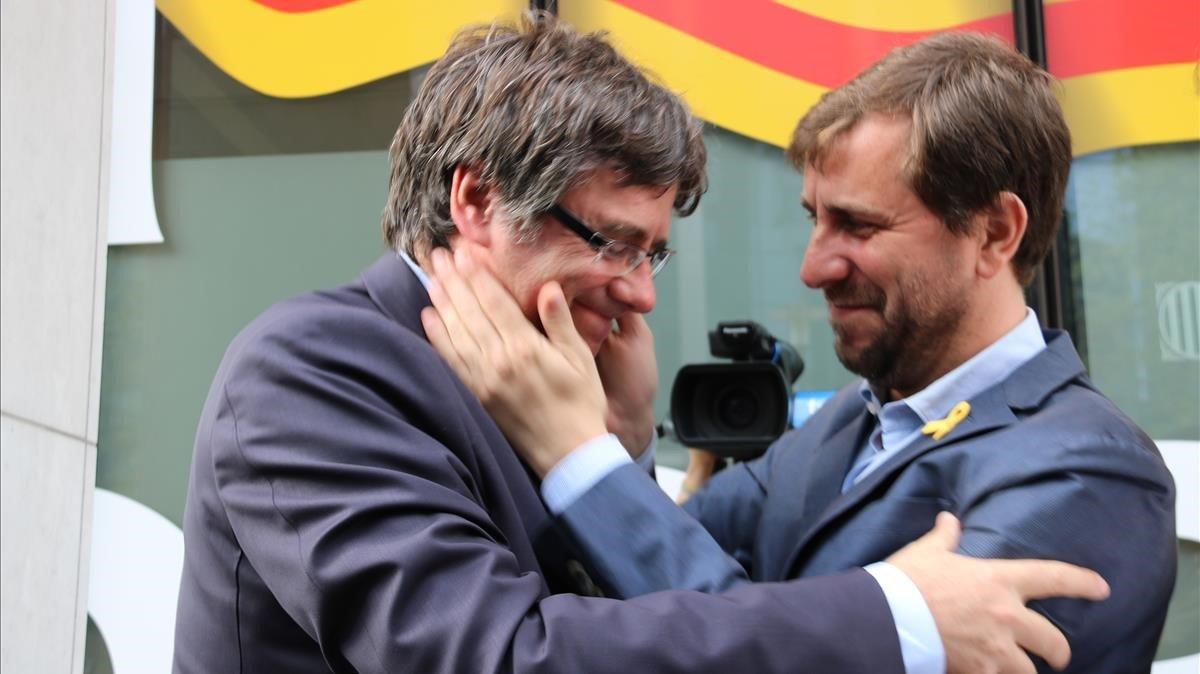 Carles Puigdemont, con el número dos de su lista para las elecciones europeas, Toni Comín.