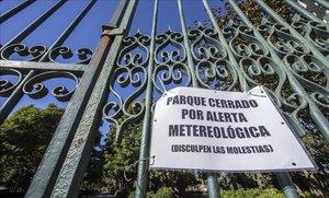Cartel de aviso por viento en el parque de los Viveros de Valencia.
