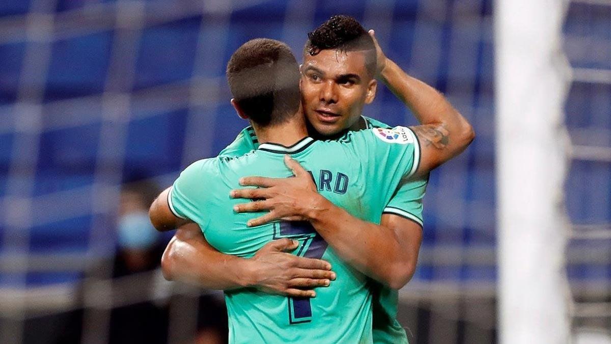 Casemiro y Hazard dan positivo por coronavirus. En la foto,Hazard abraza a Casemiro tras un gol del brasileño.