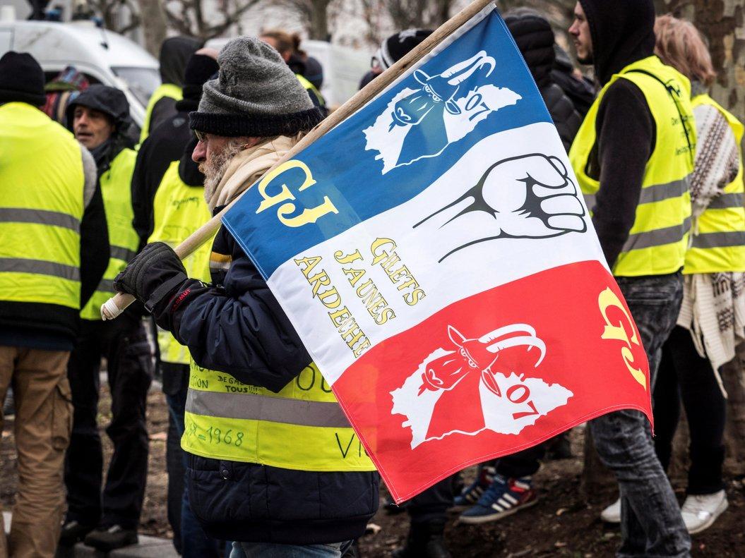 Miembros del movimiento frances contestatario de loschalecos amarillosse manifiestanen Valence.EFEArnold Jerocki
