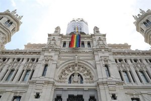 La fachada del Palacio de Cibeles con la bandera LGTBI, en una imagen de archivo.