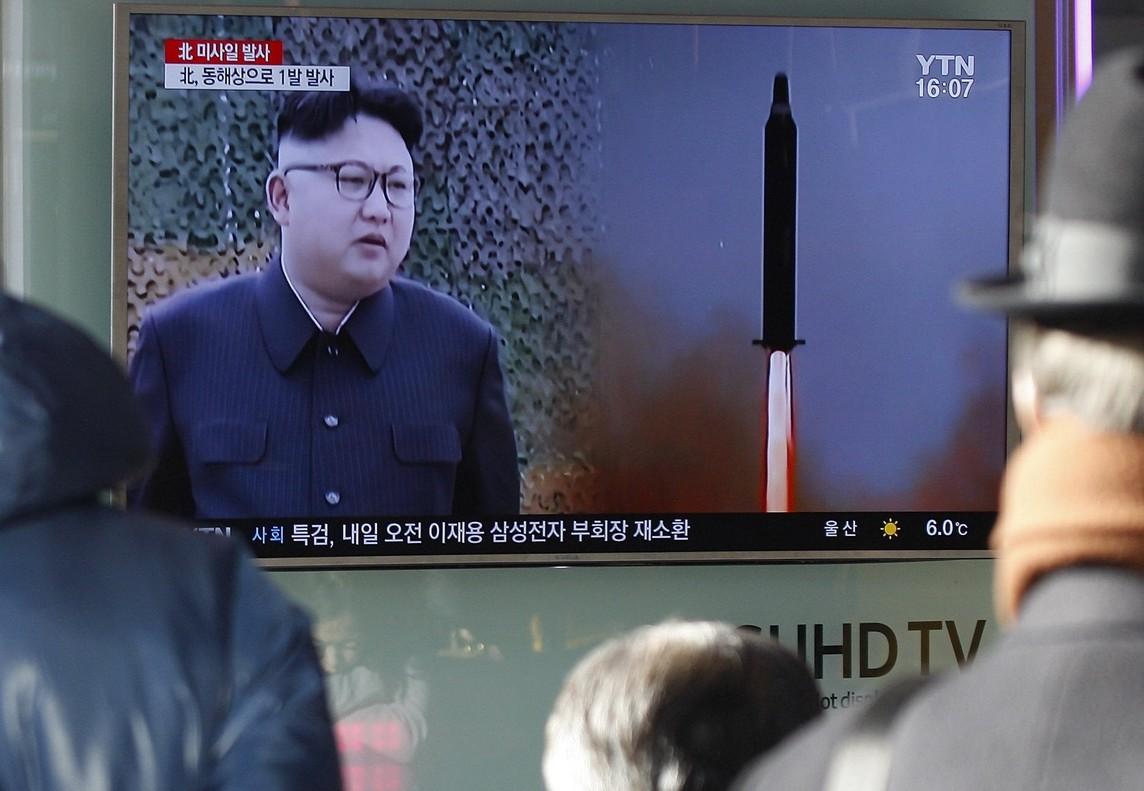 Ciudadanos surcoreanos miran un informativo sobre el lanzamiento del misil, este domingo en Seúl.
