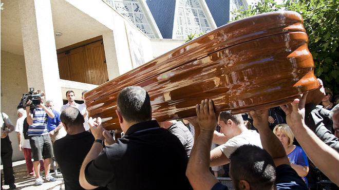 El fèretre amb les restes mortals de Marina Okarynska, a larribar al funeral celebrat a lesglésia de San Esteban de Conca