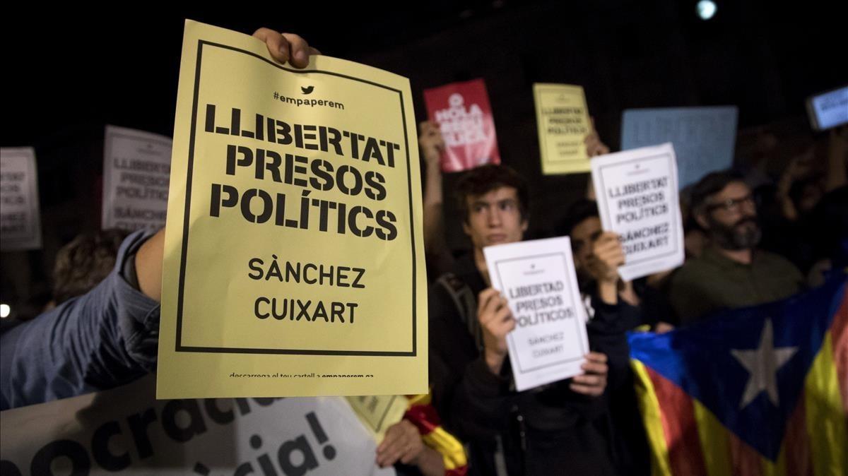 Concentración de protestapor la decisión judicial de encarcelar a los dirigentes de la ANC y Òmnium Cultural.