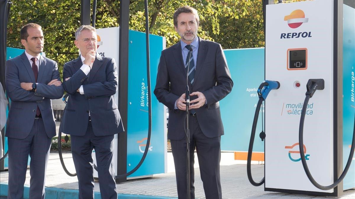 El consejero delegado de Repsol, Josu Jon Imaz, inaugura una estación de recarga de vehículos eléctricos.