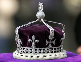 La corona de la reina de Inglaterra, con el diamante Koh-i-Noor incrustado en la parte delantera.