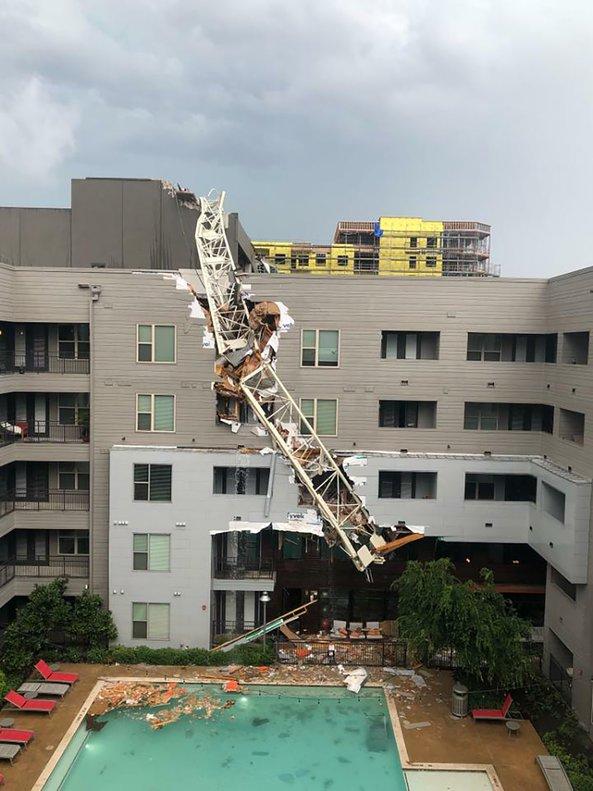 Una grúa colapsa en un edificio de apartamentos en Dallas, EEUU. AP