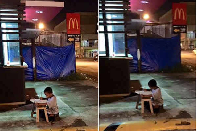 El pequeño de ocho años estudia todas las noches aprovechando la luz del restaurante de comida rápida porque su casa fué destruida por un incendio