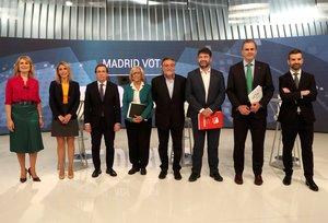 GRAF6568. MADRID, 22/05/2019.- Los candidatos a la Alcaldía de Madrid, José Luis Martínez-Almeida (PP) (3i); Manuela Carmena (Más Madrid) (4i); Pepu Hernández (PSOE) (4d); Carlos Sánchez Mato (IU) (3d), y Javier Ortega Smith (2d), junto a la concejal de Ciudadanos Silvia Saavedra (2i), encargada de sustituir a la candidata de la formación, Begoña Villacís, posan con los periodistas María Rey (i) y Jon Ariztimuño (d), antes del debate de los candidatos al Ayuntamiento, este miércoles en Madrid. EFE/ Kiko Huesca