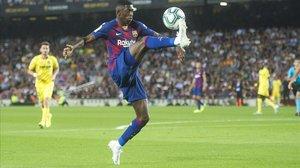 Dembélé controla el balón en su reaparición ante el Villarreal.