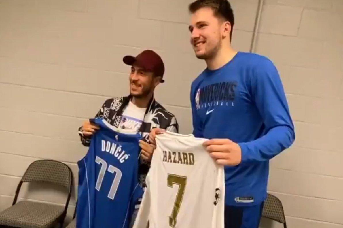 Doncic y Hazard se intercambian las camisetas en Dallas.